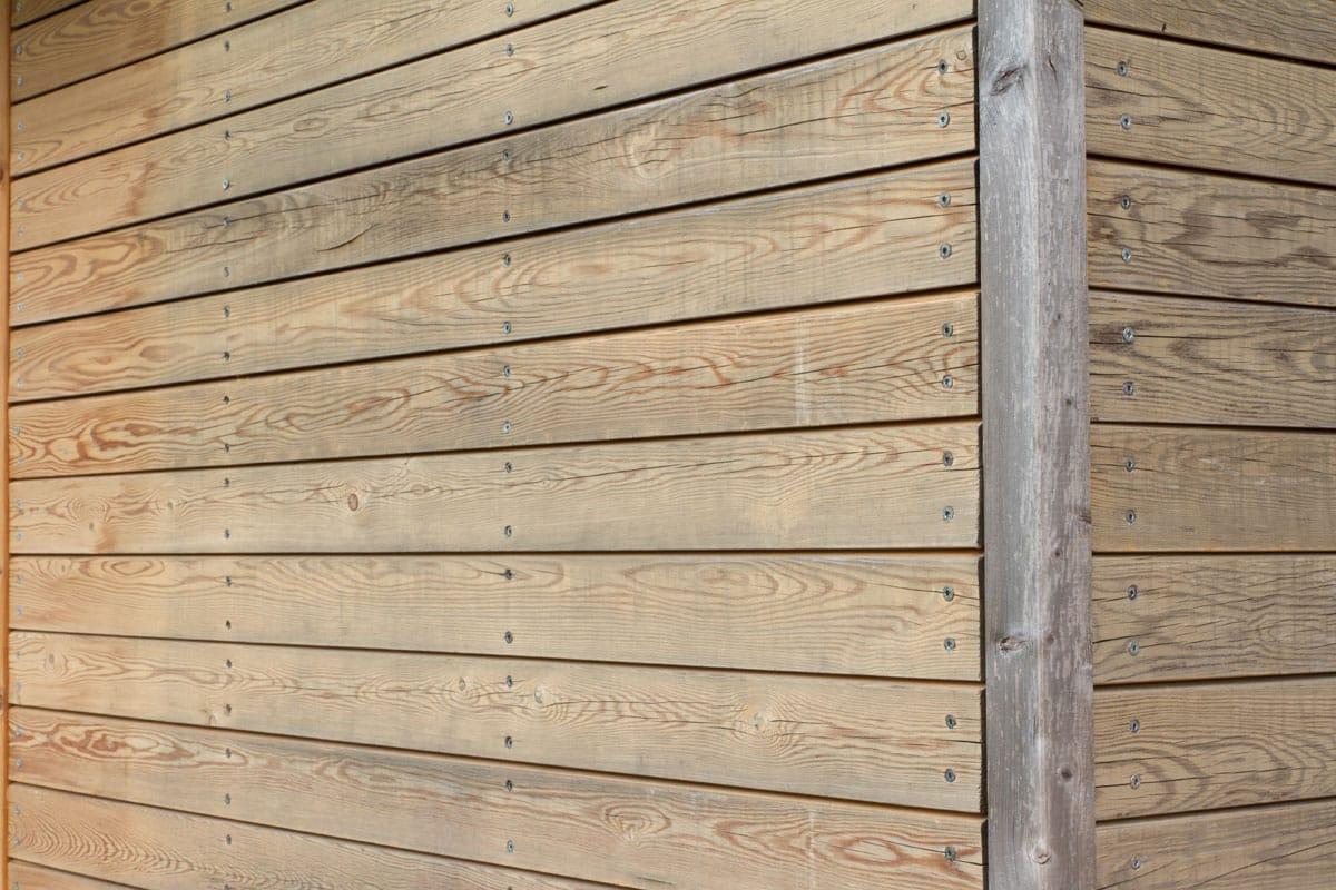 Edificio unifamiliare con rivestimento in legno for Rivestimento legno