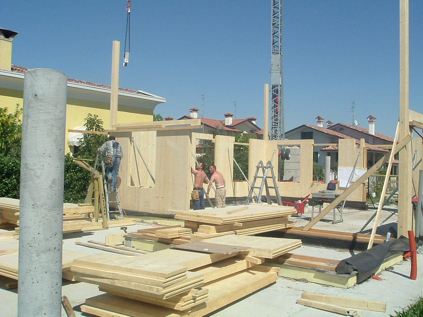 Immagini villette a due piani amazing due piani sfalsati for Piani casa ranch con 3 box auto