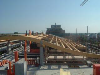 Fase di costruzione di una copertura in classe A a Portogruaro